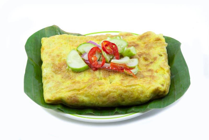 Omelette croustillante bourrée par Vietnamien sur la feuille de banane images stock