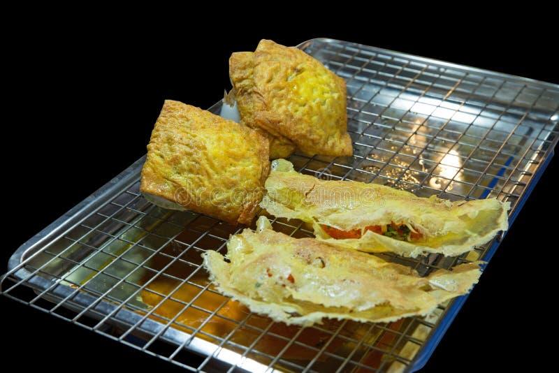 Omelette croustillante bourrée par Vietnamien sur la grille d'acier inoxydable, foyer sélectif photos libres de droits