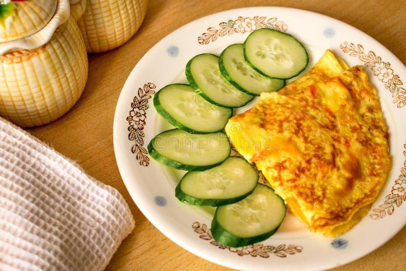 Omelette délicieuse avec des jus de légumes photo stock