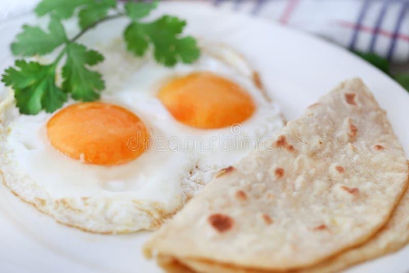 Omelette d'oeufs avec du pain de tortilla images stock