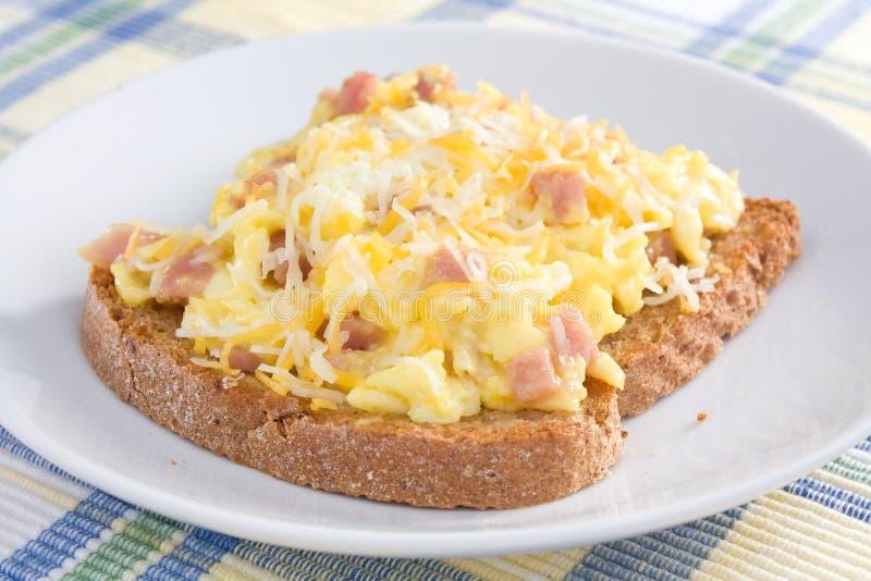 Omelette de jambon sur le pain grillé photographie stock