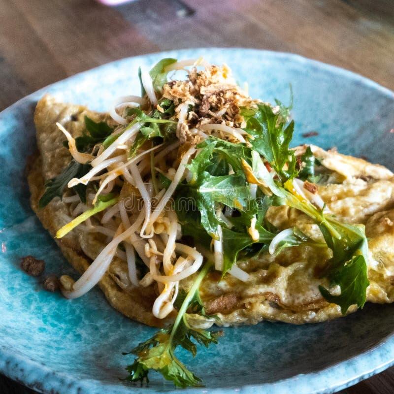 Omelette de petit déjeuner avec des verts frais photo libre de droits