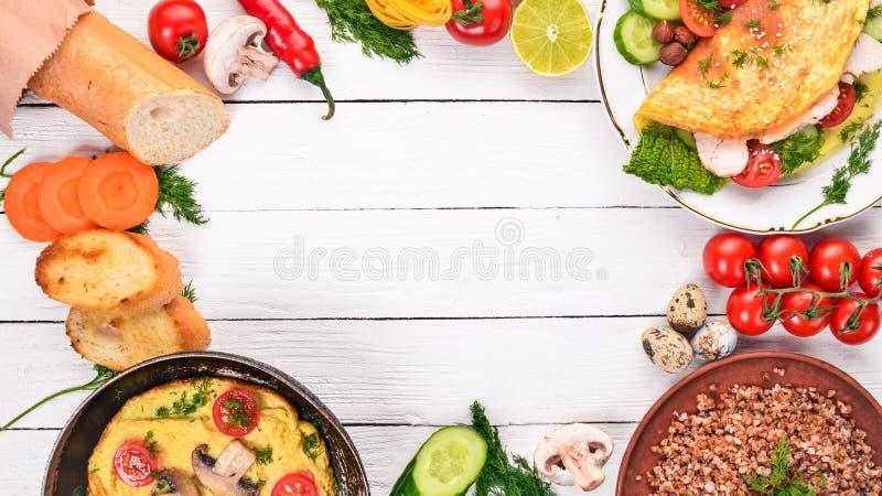 Omelette de petit déjeuner, sarrasin, champignons photos stock
