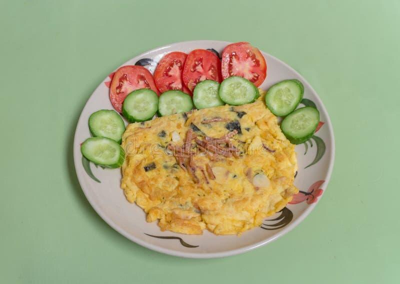 Download Omelette Del Calamaro E Dell'alga Con Il Pomodoro Ed Il Cetriolo Immagine Stock - Immagine di squisito, fetta: 55355051