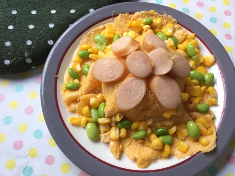 Omelette del cereale con la salsiccia fotografia stock