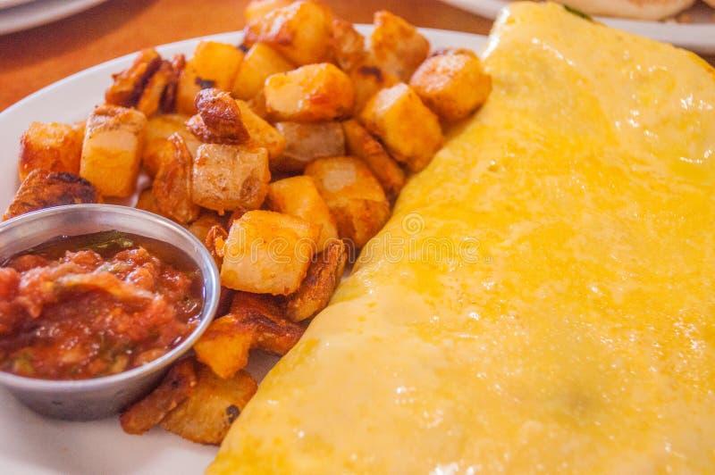 Omelette del formaggio con le patate e la salsa di peperoncini rossi fritte fotografie stock