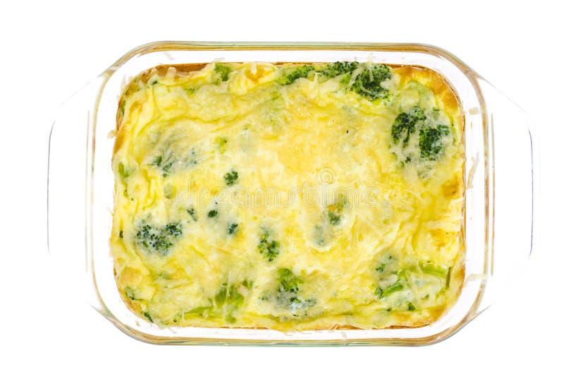 Omelette des oeufs, brocoli, fromage sous la forme résistante à la chaleur en verre, cuite au four en four photographie stock