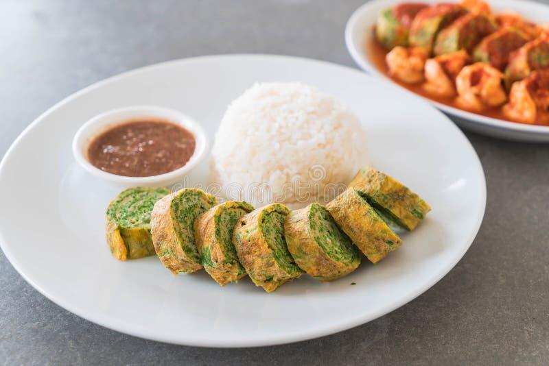 Omelette di Pennata dell'acacia con Chili Paste fotografie stock