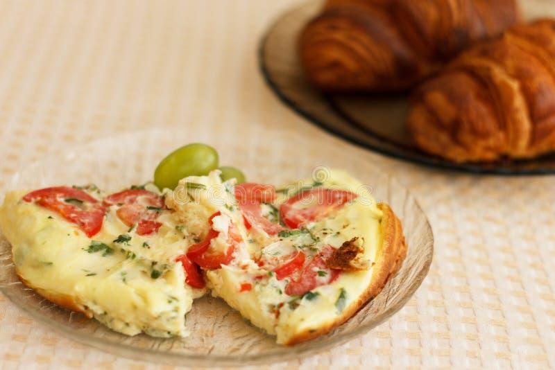 Omelette e croissant magnifici deliziosi fotografia stock