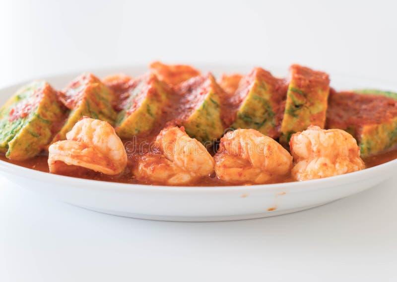 Omelette e gamberetto di permesso di Accacia in minestra del tamarindo fotografie stock