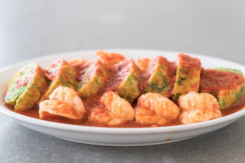Omelette e gamberetto di permesso di Accacia in minestra del tamarindo immagine stock
