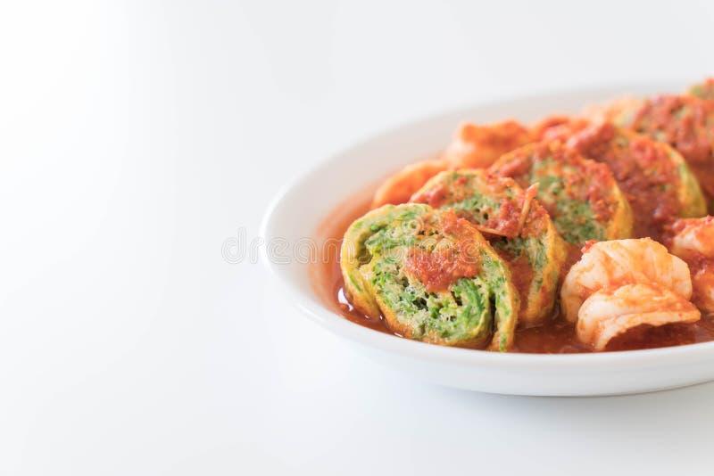 Omelette e gamberetto di permesso di Accacia in minestra del tamarindo fotografia stock libera da diritti