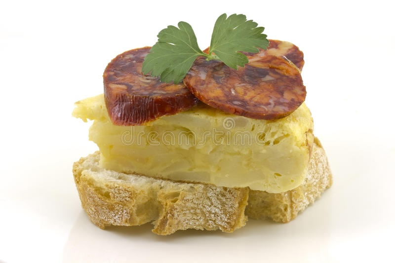 Omelette espagnole avec le chorizo ? ? Iberico photos libres de droits