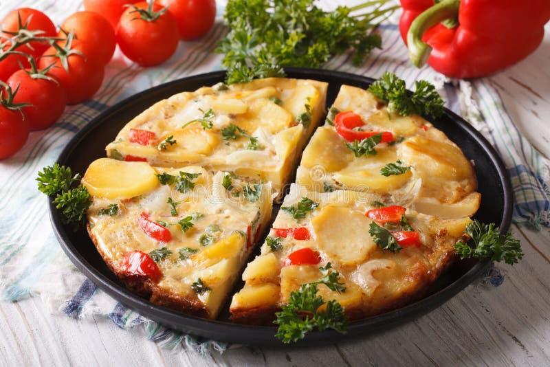 Omelette espagnole coupée avec des pommes de terre et des légumes en gros plan photos stock