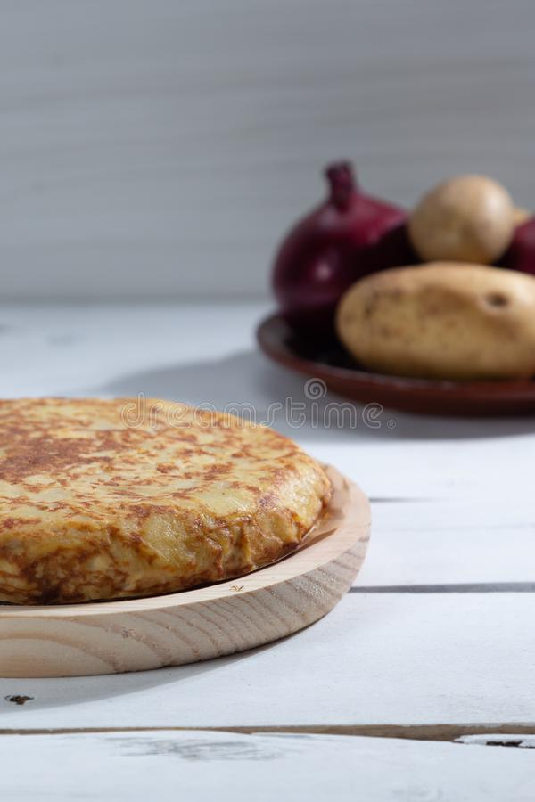 Omelette espagnole traditionnelle sur la table en bois photos libres de droits
