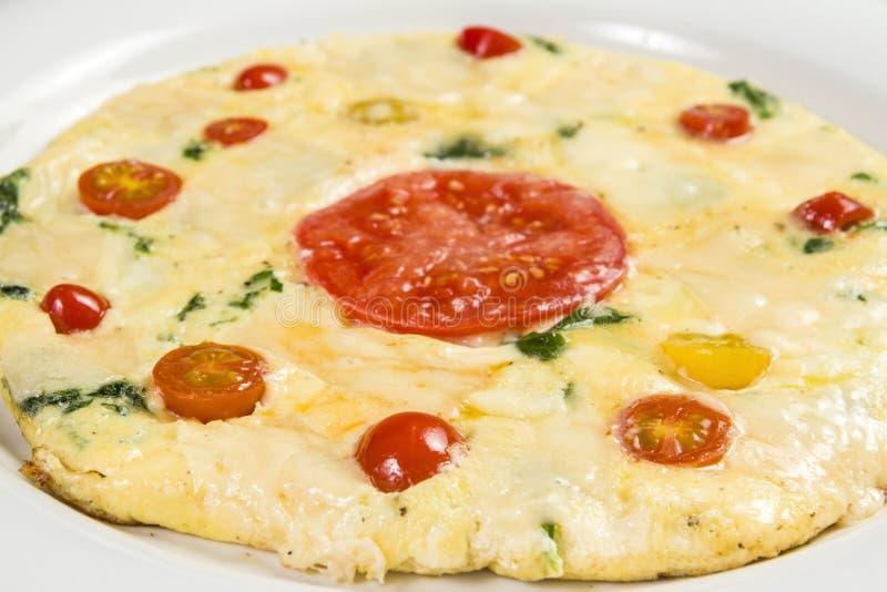 Omelette farcita con spinaci e formaggio fotografia stock