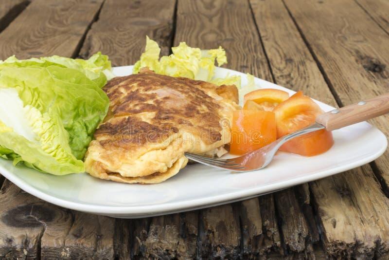 Omelette française avec de la laitue et des tomates images libres de droits