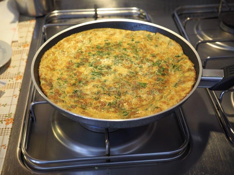 omelette robić od smażących bijących jajek obrazy royalty free