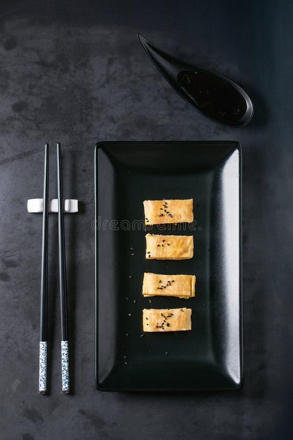 Omelette roulée par Japonais Tamagoyaki photographie stock libre de droits