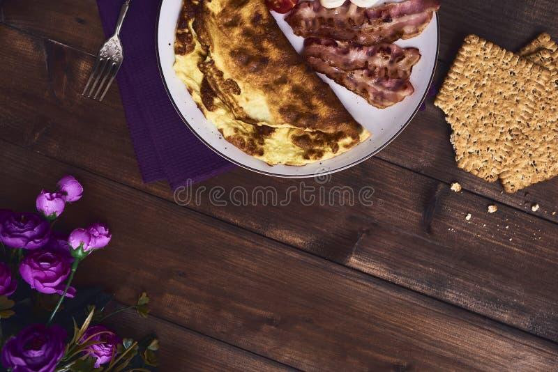 Omelette savoureuse dans le plat photographie stock