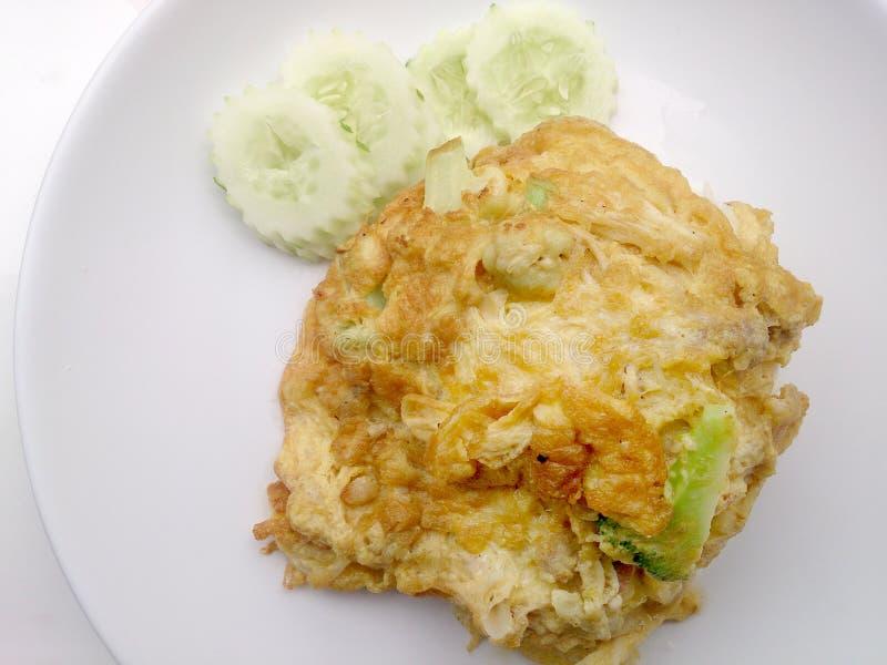 Omelette stile tailandese (Khai Jiao), omelette con le verdure in piatto bianco, è alimento tailandese tradizionale popolare di s fotografia stock libera da diritti