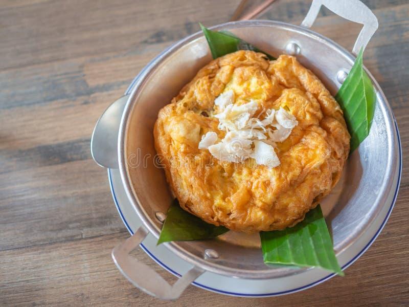 Omelette thaïlandaise savoureuse de style avec la chair de crabe sur le dessus dans la casserole photographie stock libre de droits