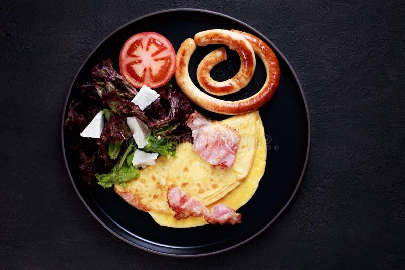 Omelette z bekonem, kiełbasami i jarzynową sałatką, obraz royalty free