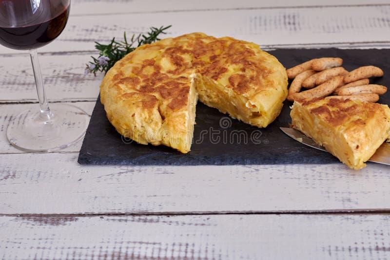Omelette z chlebowym kijem i wina szkłem obrazy royalty free