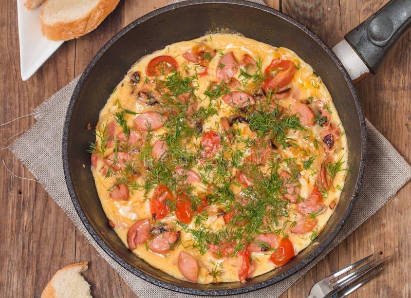 Omelette z kiełbasą, cebulą, ziele i pomidorami, zdjęcia royalty free