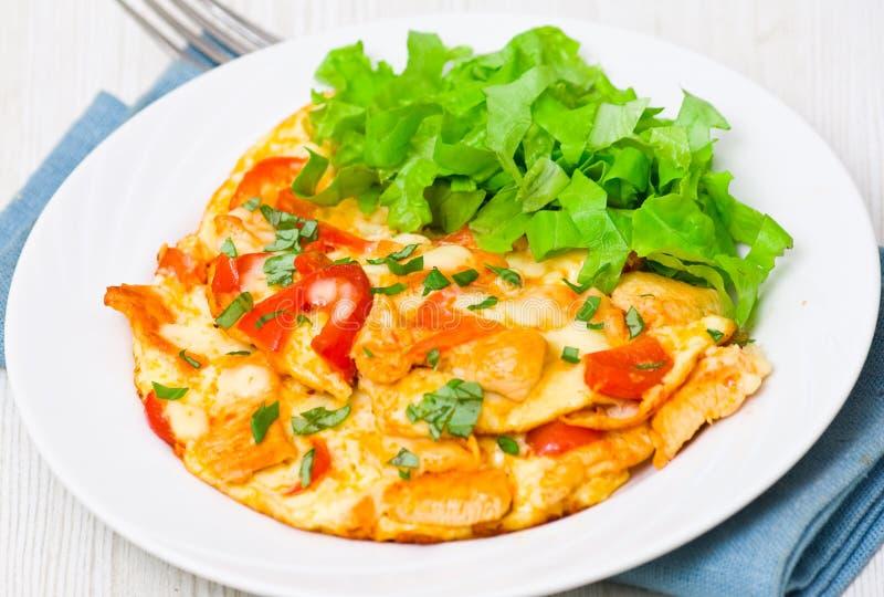 Omelette z plasterkami kurczaków warzywa i pierś zdjęcia stock