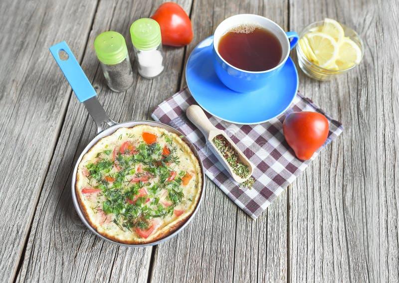 Omelette z warzywami w rynience obrazy royalty free