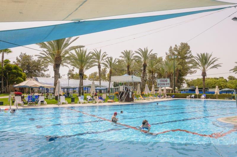 Omer, ΙΣΡΑΗΛ - 27 Ιουνίου, οι άνθρωποι κολυμπούν στην υπαίθρια λίμνη Omer, Negev, στις 27 Ιουνίου 2015 στο Ισραήλ στοκ φωτογραφία με δικαίωμα ελεύθερης χρήσης