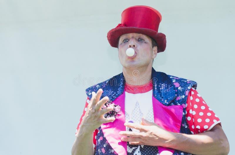 Omer (birra-Sheva), ISRAELE - le manifestazioni del pagliaccio ingannano con una pallina da tennis bianca nella sua bocca, il 25  fotografia stock libera da diritti
