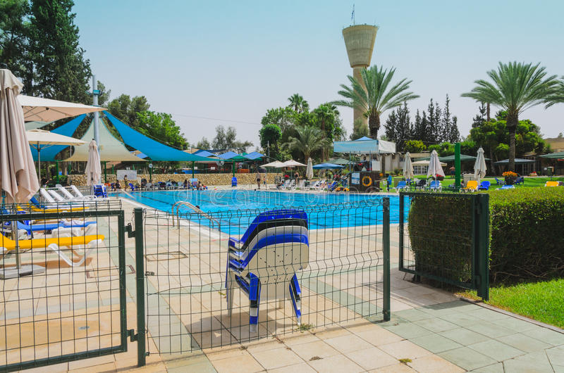 Omer, Negev, ИЗРАИЛЬ - 27-ое июня, раскрывать сезона лета в бассейне детей - 2015 в Израиле стоковые изображения rf