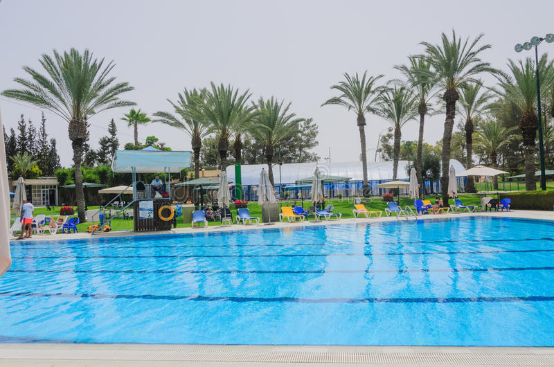Omer, Negev, ISRAËL - 27 juin, s'ouvrir de la saison d'été dans la piscine des enfants - Omer, Negev, le 27 juin 2015 en Israël images stock