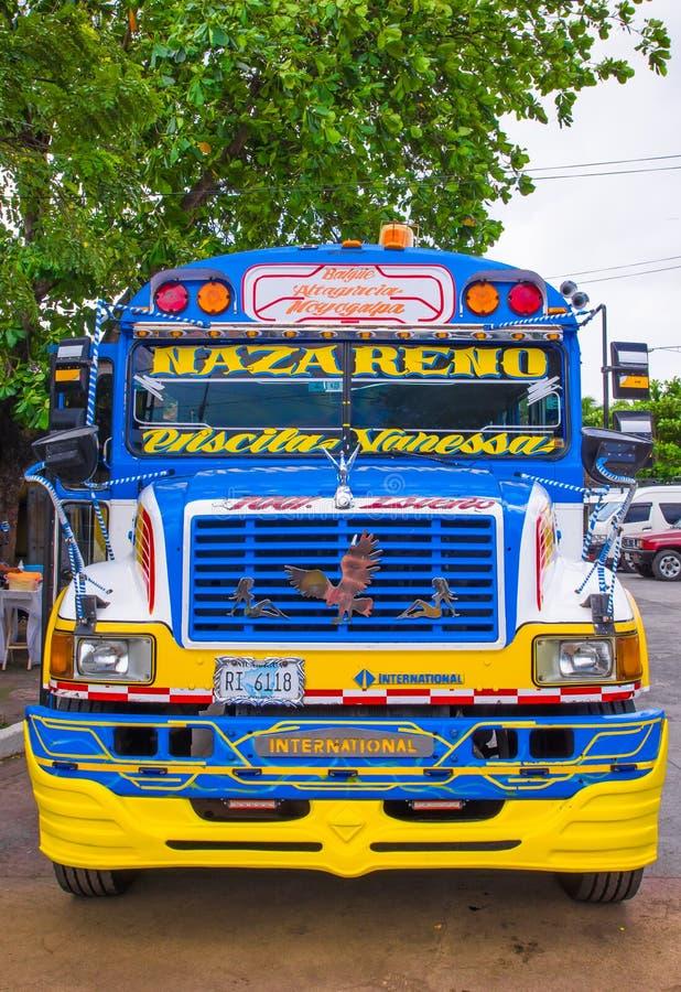OMETEPE, NICARÁGUA, MAIO, 14, 2018: Vista exterior do ônibus escolar americano velho feito sobre e reutilizado em América Central foto de stock royalty free