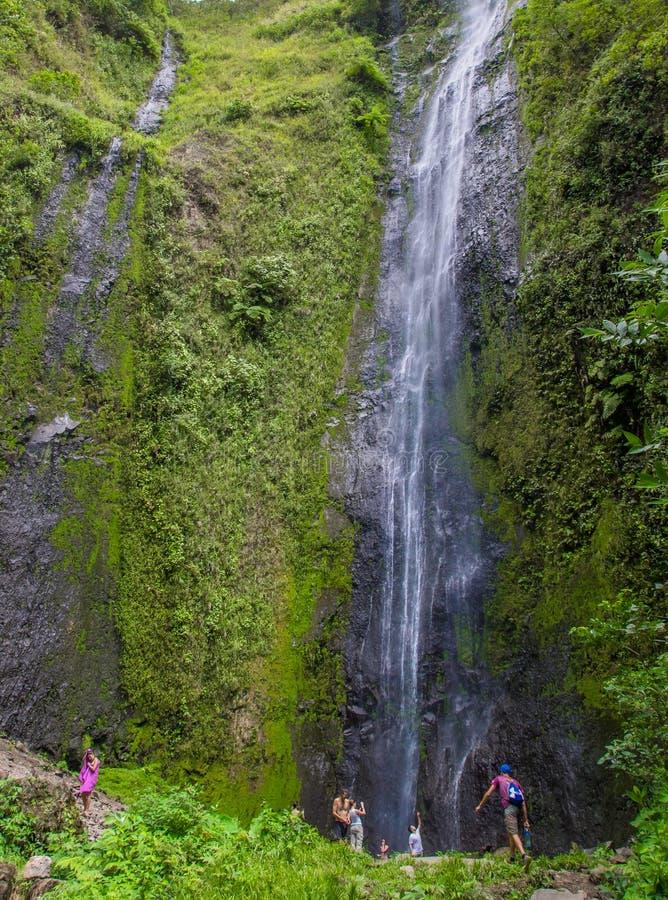 OMETEPE, NICARAGUA, 14 MEI, 2018: Niet geïdentificeerde torist die van San Ramon Waterfalls in de mooie zonnige dag van s geniete stock foto