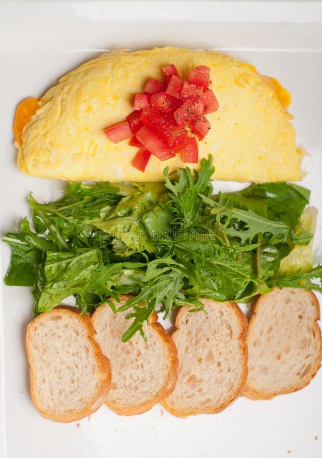 Ometette do queijo com tomate e salada imagens de stock