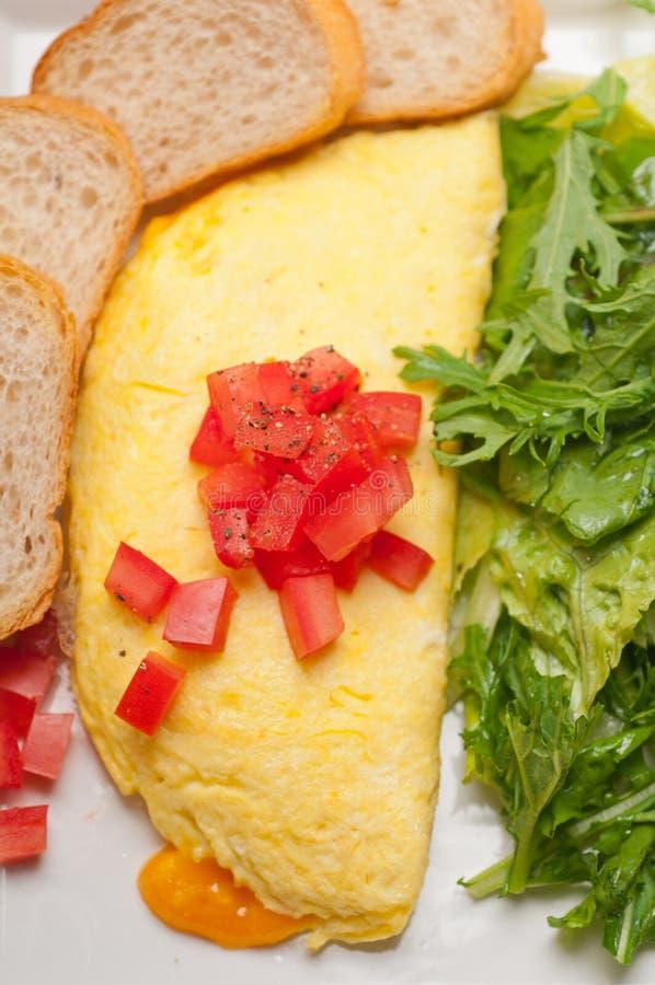 Ometette do queijo com tomate e salada imagens de stock royalty free
