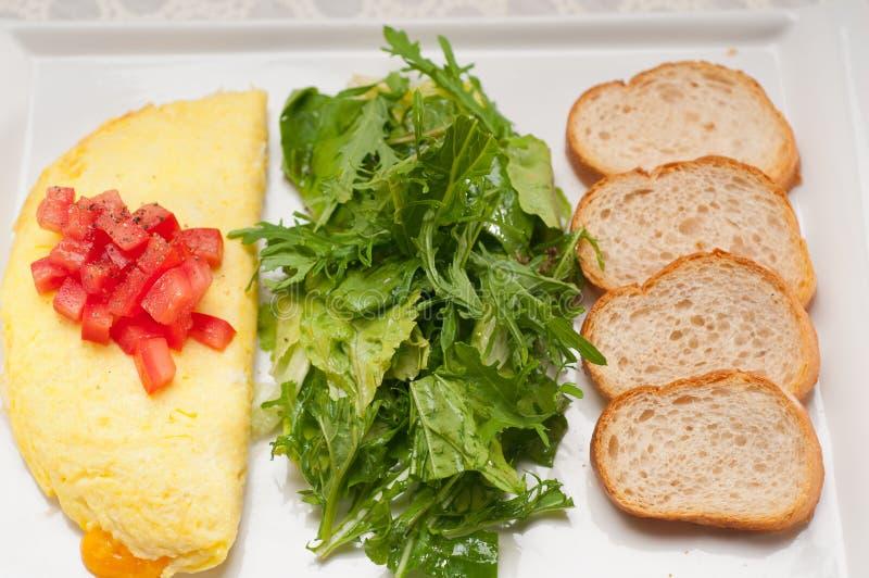 Ometette do queijo com tomate e salada imagem de stock