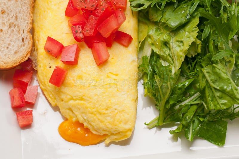 Ometette do queijo com tomate e salada foto de stock royalty free