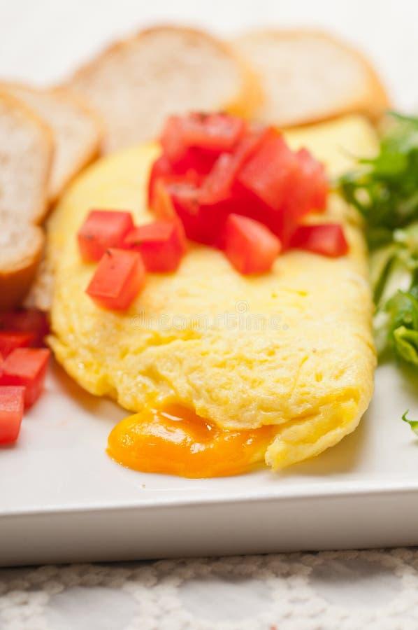 Ometette do queijo com tomate e salada imagem de stock royalty free