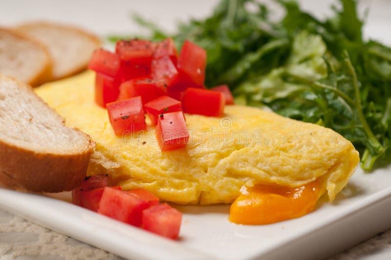 Ometette do queijo com tomate e salada fotos de stock