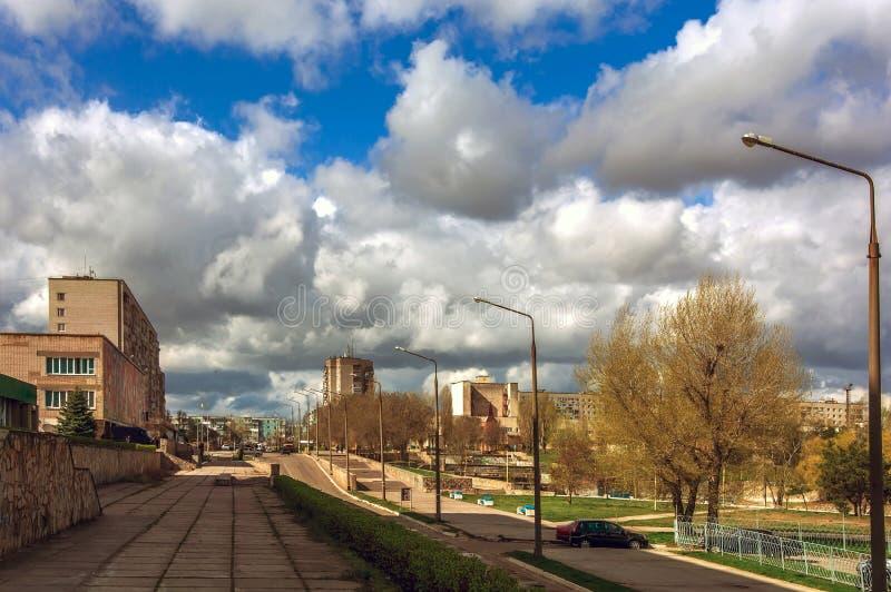 Omfångsrika moln på den blåa sommarhimlen i staden arkivfoto