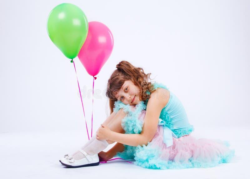 omfamna att le för flickaknä arkivfoto