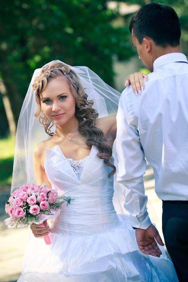 Omfamna för brud och för brudgum royaltyfria bilder