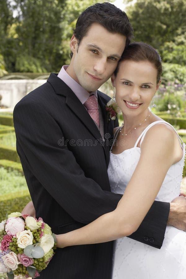Omfamna för nygift personpar royaltyfria bilder