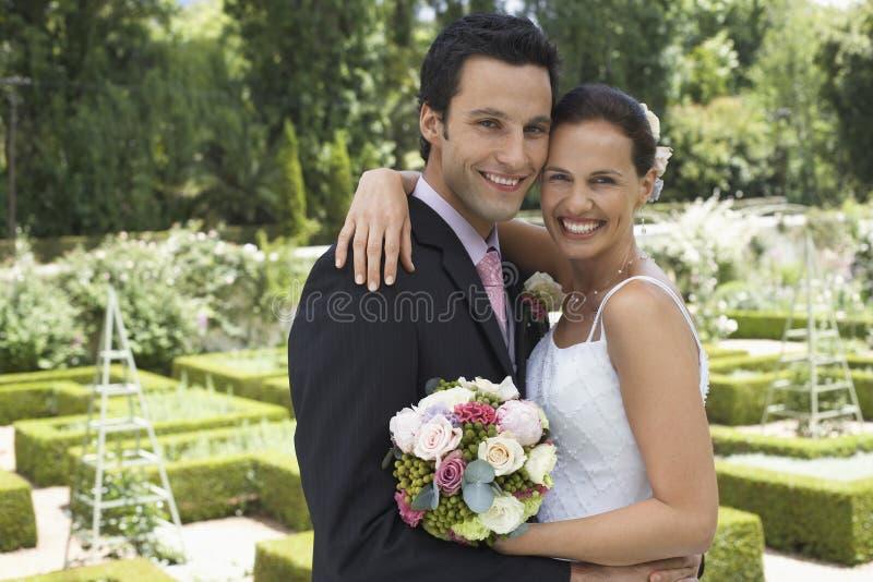 Omfamna för nygift personpar arkivbild