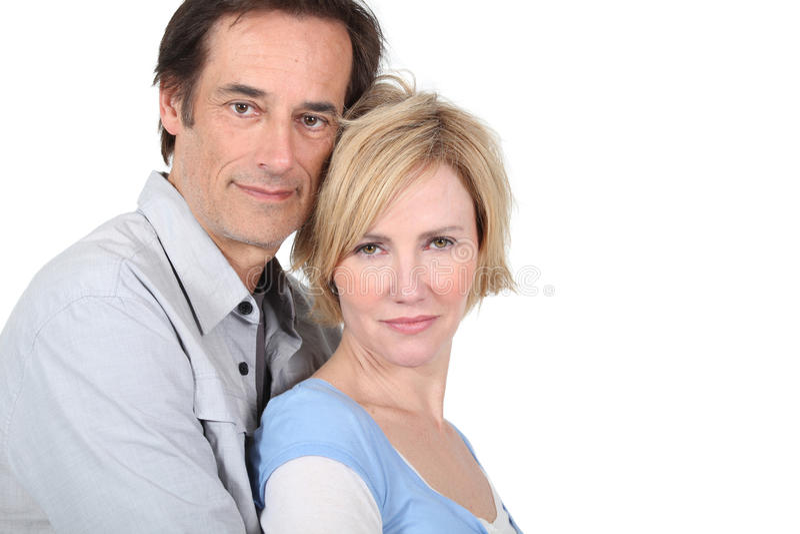omfamna för par som är lyckligt arkivfoton