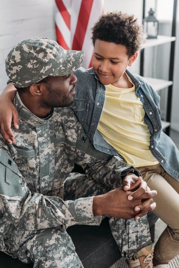 Omfamna för soldat för afrikansk amerikan manligt royaltyfri foto
